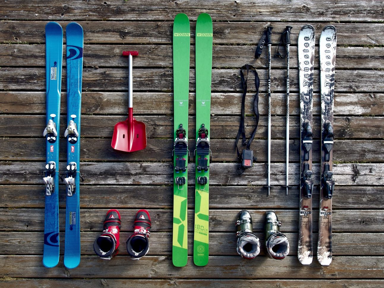flatlay equipement de ski dynastar valloire galibier