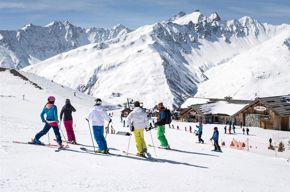 Groupe d'amis au ski à valloire