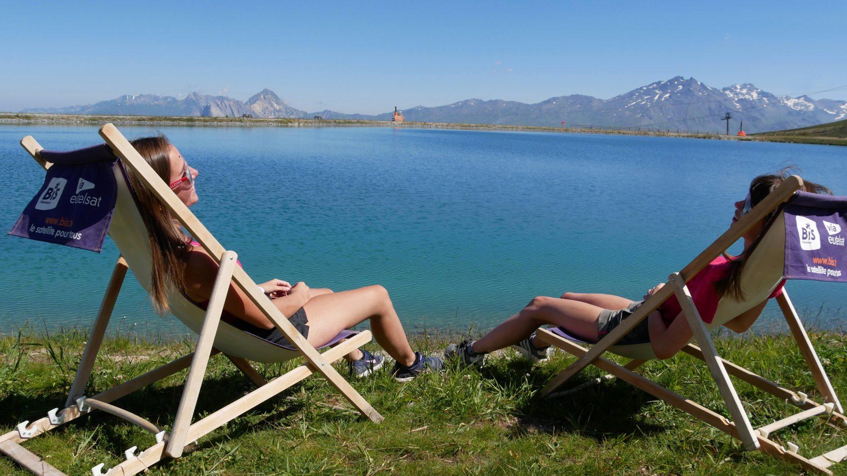 session bronzage devant le lac de la vieille entre amis à valloire